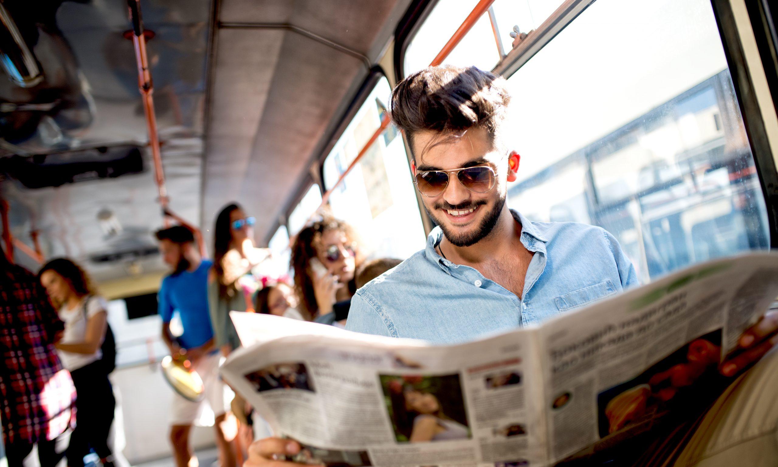Zeitungsleser in Bahn